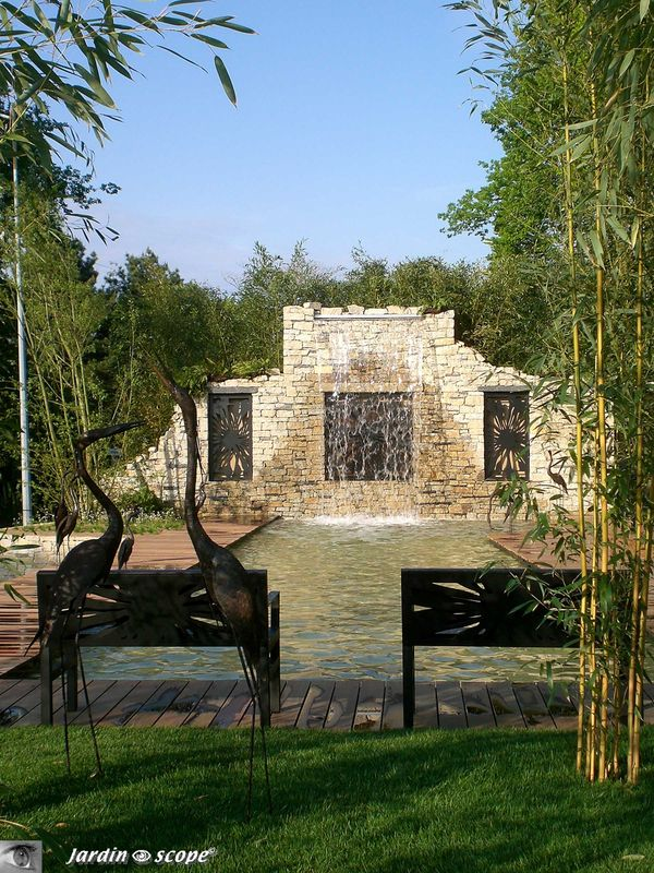 Deux bancs pour admirer la cascade murale
