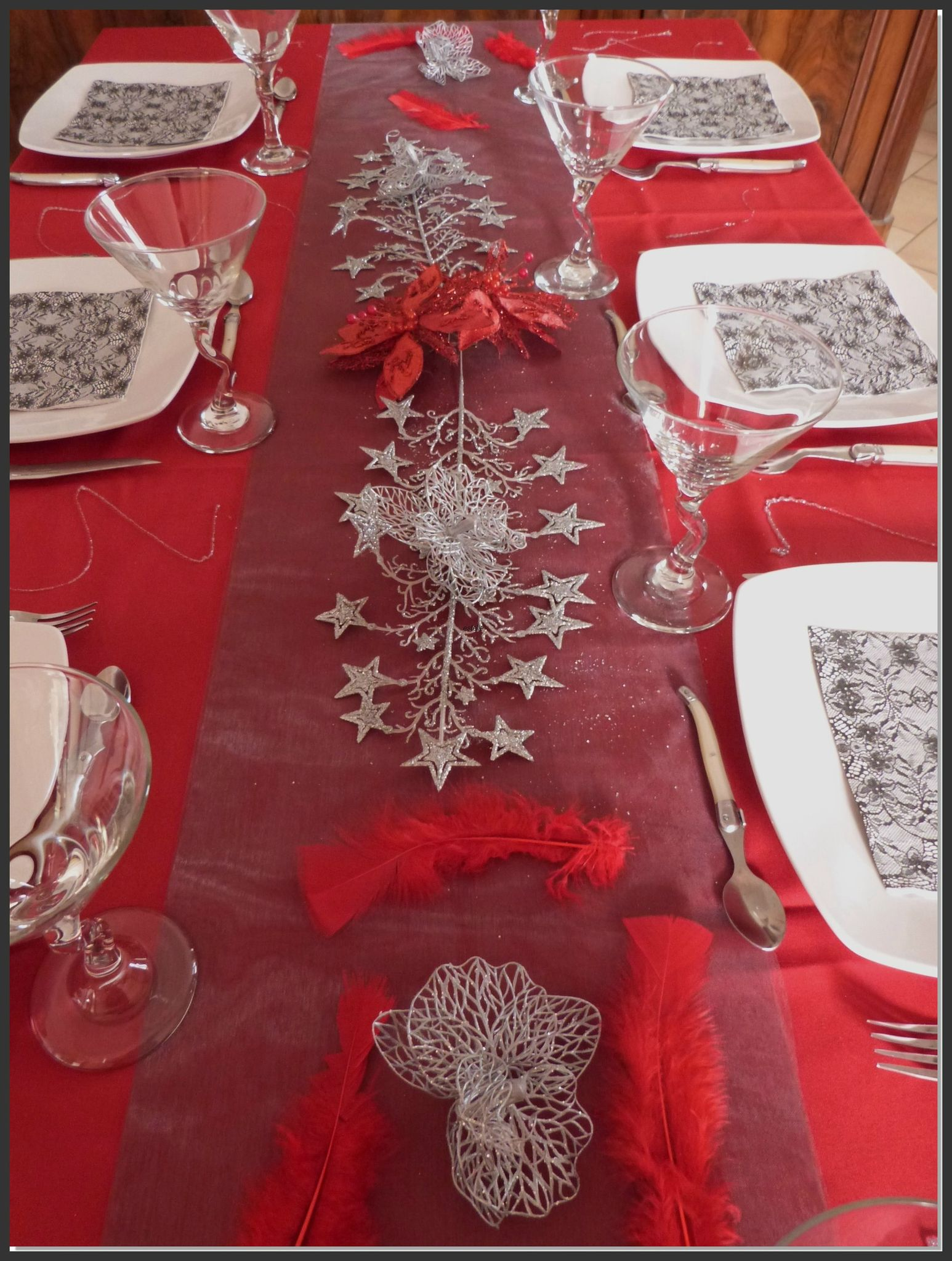 Table de no l en rouge et gris tables et d co d 39 estelle for Nappe et serviettes de table