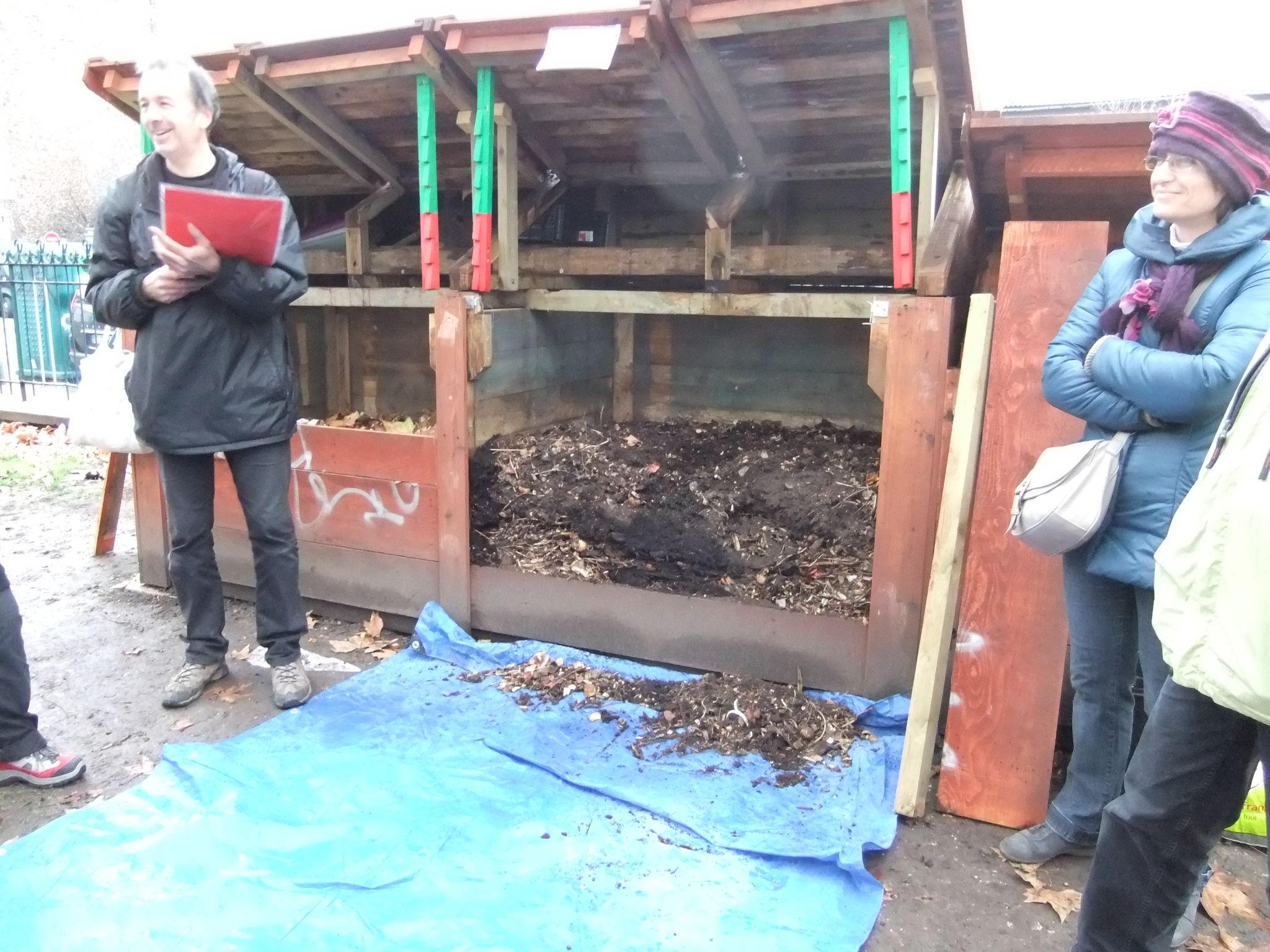 c) les trois bacs de la compostière