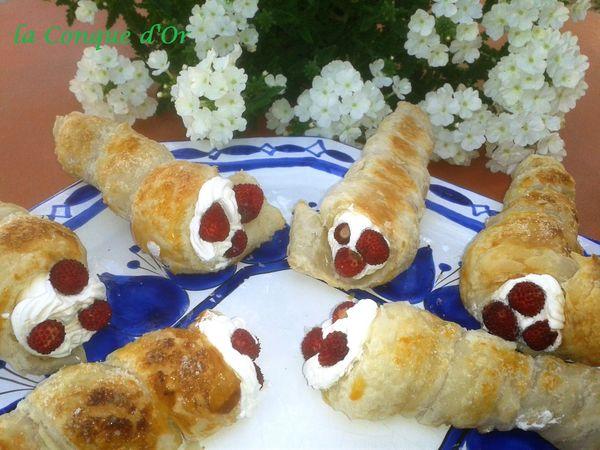 Extraordinaire Cornets de pâte feuilletée garnis de crème chantilly et fraises @XZ_69