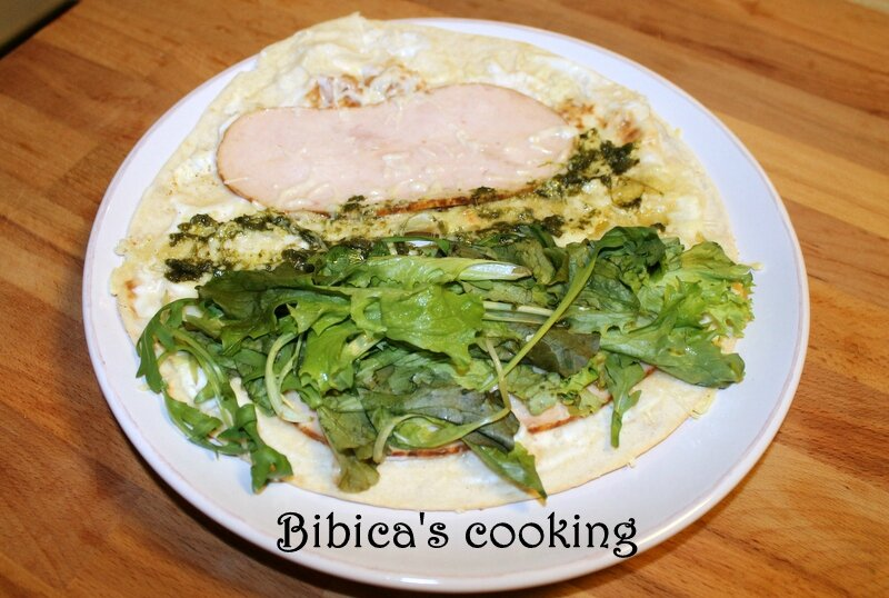 Piadina poulet fumé, pesto et salade garniture