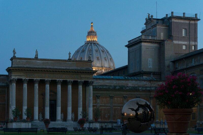 La nuit tombe sur la coupole de la Basilique Saint Pierre