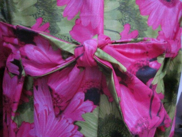Ciré AGLAE en coton enduit à grosses fleurs fushia et verta nis fermé par un noeud (3)