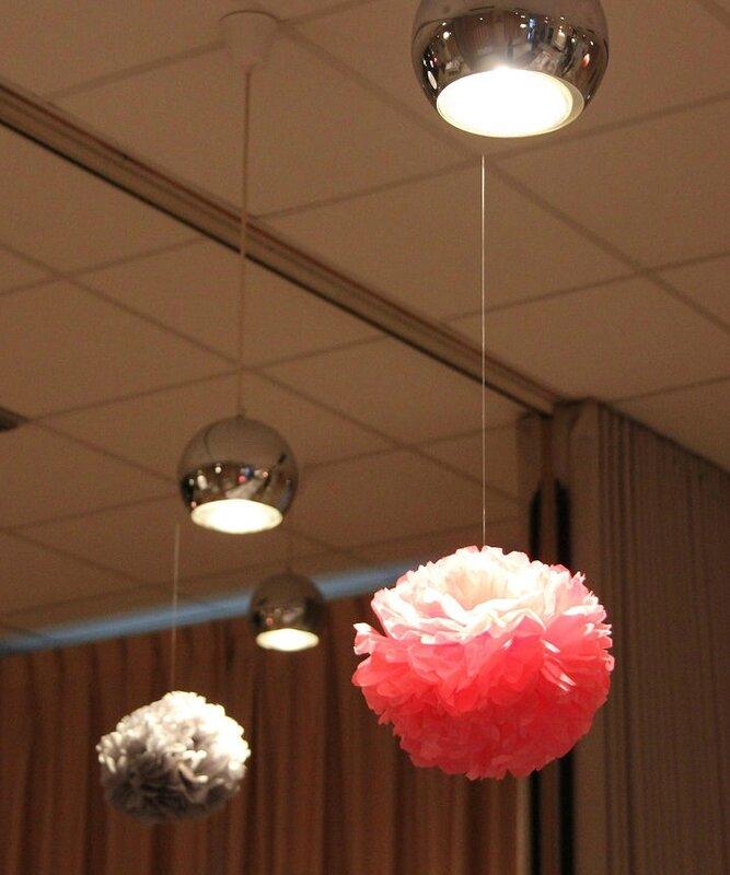 Pompons rose et gris en papier de soie