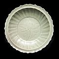 Plat en grès émaillé céladon longquan, chine, xvème siècle