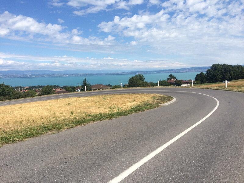 jolie balade en vélo et lac couleur turquoise