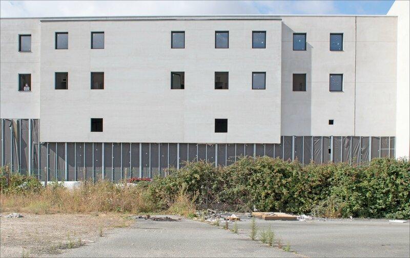 Hotel construction homme fenetre 030816