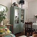 Une jolie armoire parisienne vitrée chez Emilie