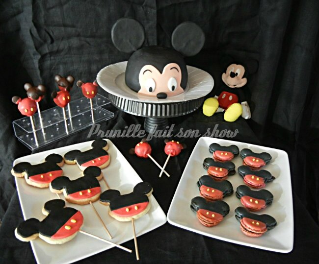 Mini sweet table Mickey ou assortiment de pâtisseries sur le thème de Mickey Mouse...
