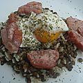 Salade de lentilles et riz, oeuf mollet et lard grillé