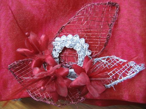 détail de la pochette assortie au bandeau de témoin de mariée