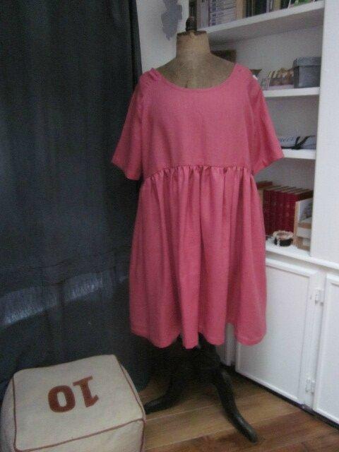 Une robe RAYMONDE en lin rose foncé
