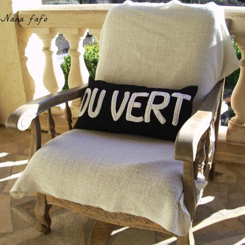 serial crocheteuse 206 coussin rectangulaire et appliqu de lettres au crochet nana fafo. Black Bedroom Furniture Sets. Home Design Ideas