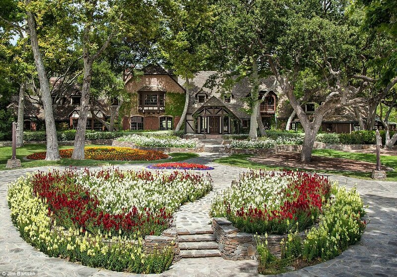 2929115C00000578-3101512-On_sale_Michael_Jackson_s_Neverland_Ranch_pictured_recently_has_-a-27_1432854494350