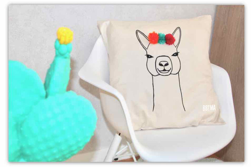 diy-coussin-lama-pompon-bbtma-blog-kids-enfant-deco-couture-tutoriel-do-it-yourself-giotto-ambassadrice-pillow-2-min