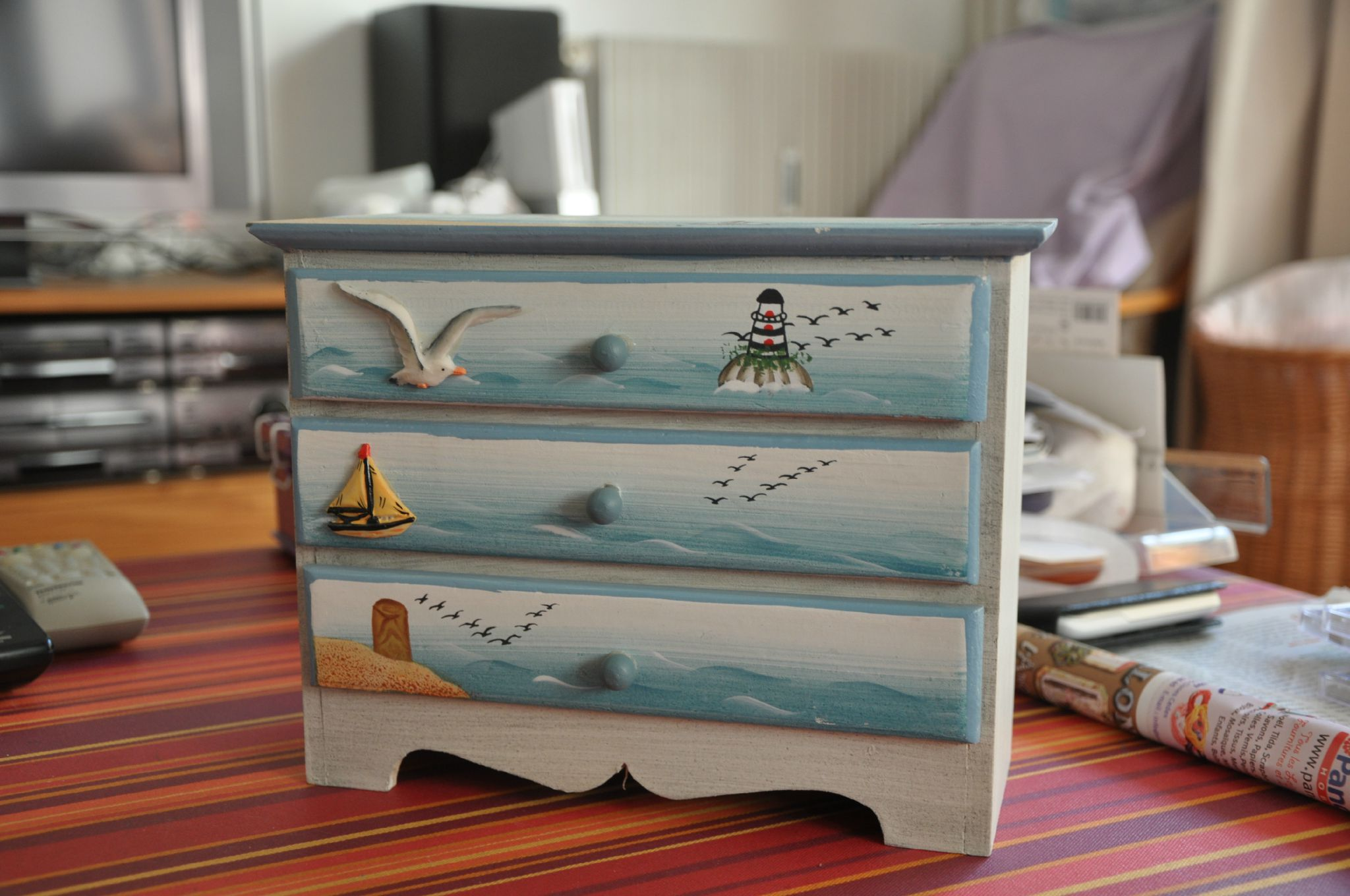 Des meubles customiser le bazar de seraphine for Customiser un meuble bureau