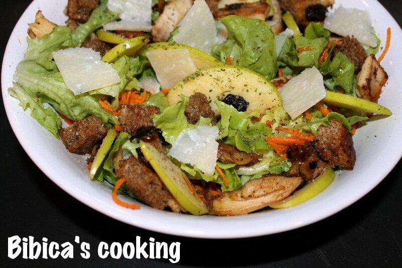 Salade de poulet à la pomme gros plan