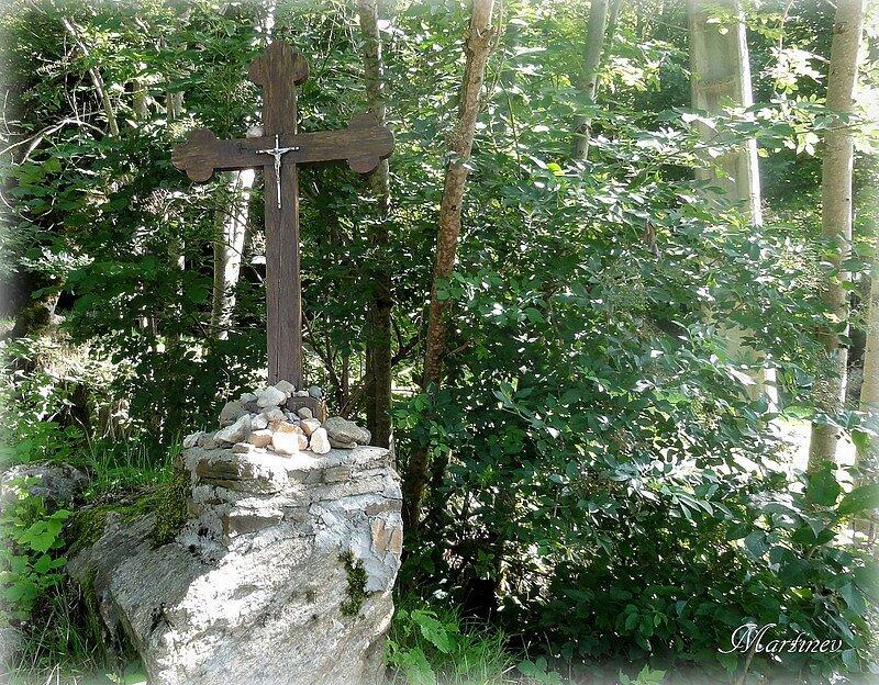 01 08 009 Croix vers St Chély d'Aubrac-001