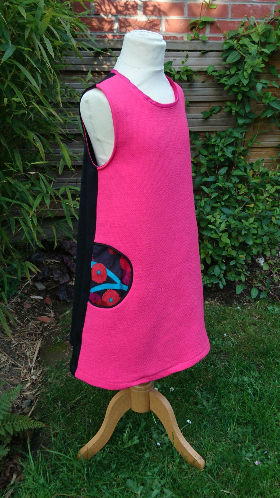 Une robe chasuble avec des poches passepoilées