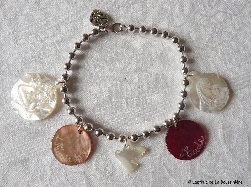 Bracelet sur chaîne boules argent, médaille d'ange en nacre, 2 médailles en nacre gravées, une colombe en nacre et une médaille de Vierge à l'Enfant 19mm en nacre