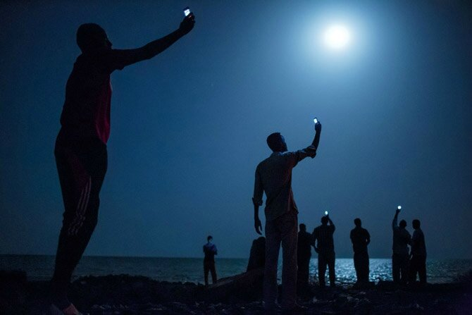 02-african-migrants-capturing-cell-signals-670f