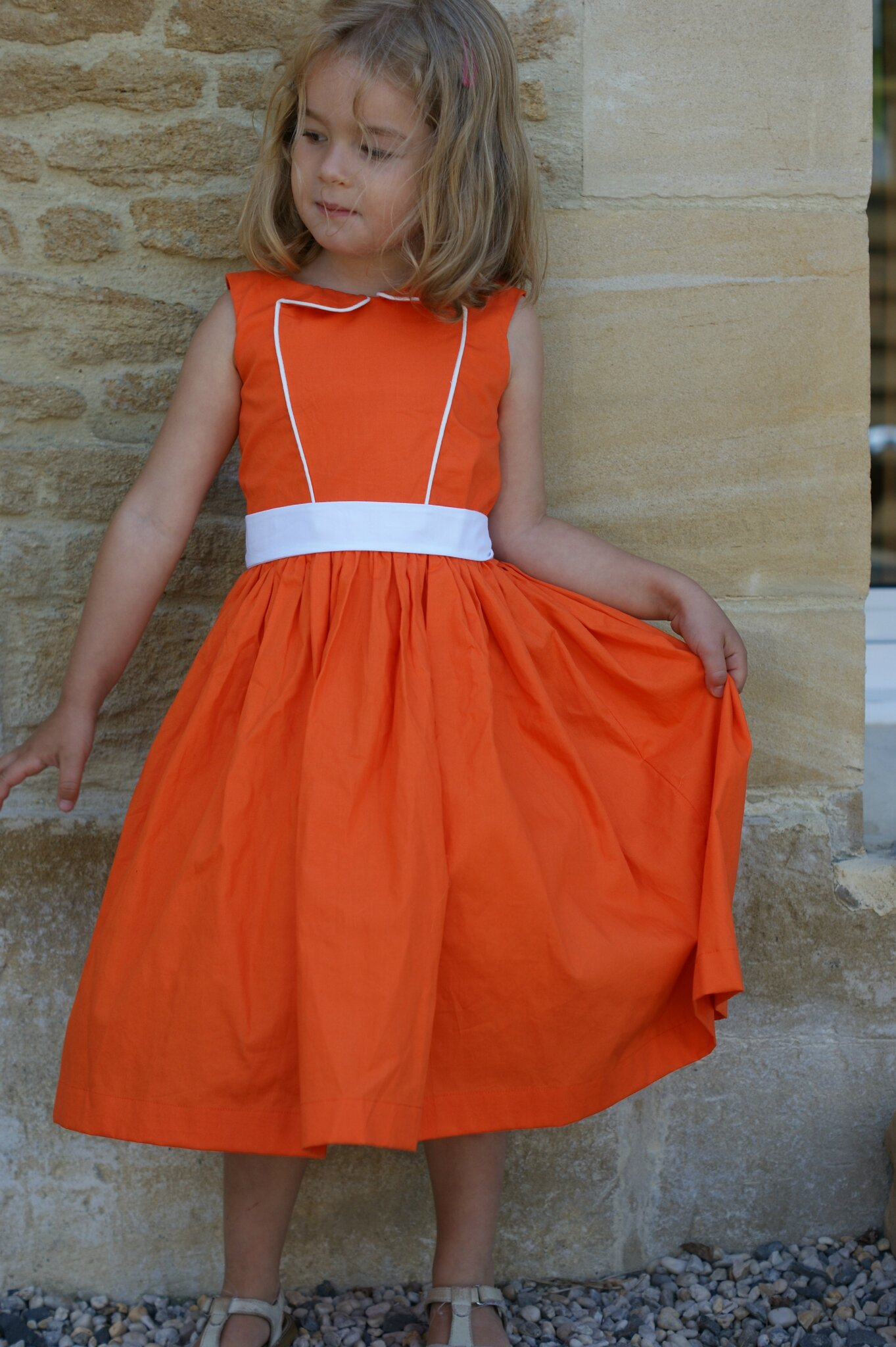 Fille dans la robe orange