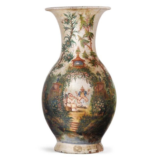 Paire de grands vases aux chinois en terre cuite peinte d'époque