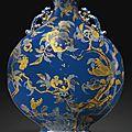 Importante gourde en porcelaine à fond bleu à décor en or et argent, dynastie qing, époque qianlong (1736-1795)