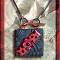 Collier Fimo plaque noir et coccinelle et métal rouge (N)