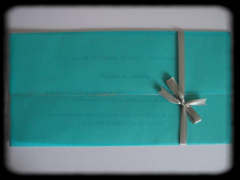 Pour les faire-parts, une pochette en papier calque turquoise façon