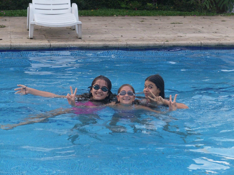 1dans la piscine avec les copines