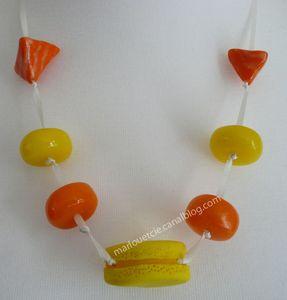 collier_macaron_jaune_orange_sur_satin_beige