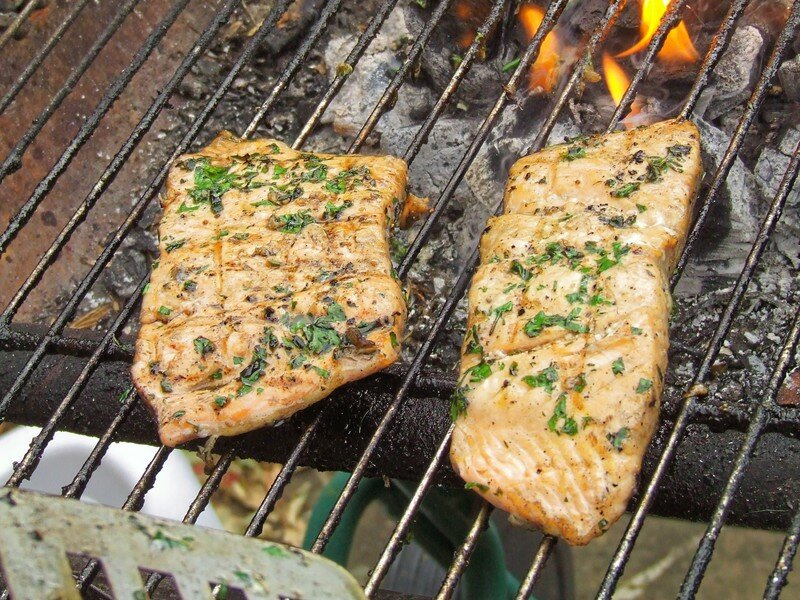 Saumon marin aux fines herbes puis grill au bbq a for Saumon en papillote au barbecue
