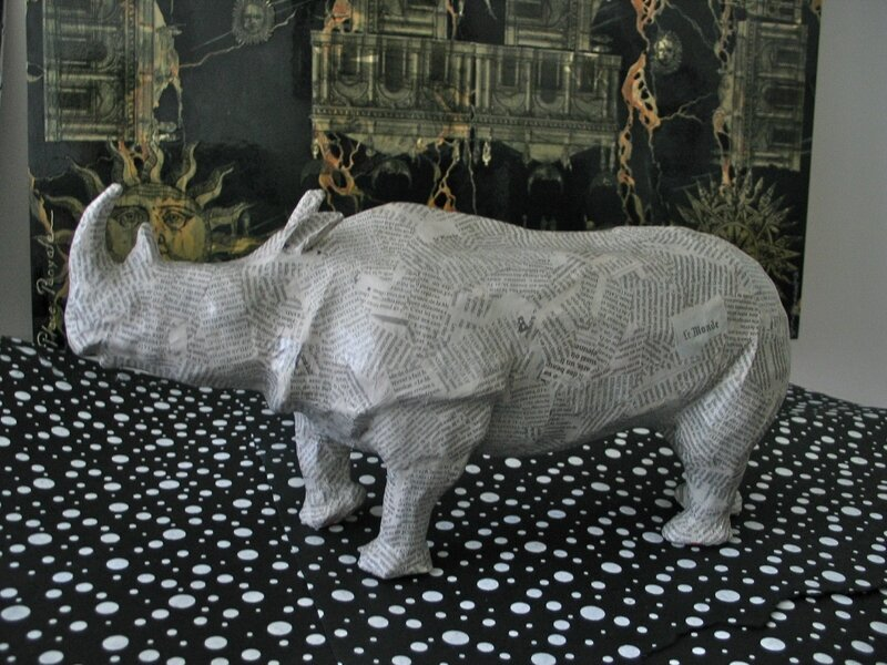 rhinocéros en papier journal