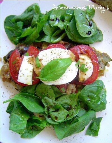 Ratatouille sur omelette et salade de pousses d'épinard