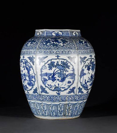A_large_and_impressive_Ming_oviform_vase2