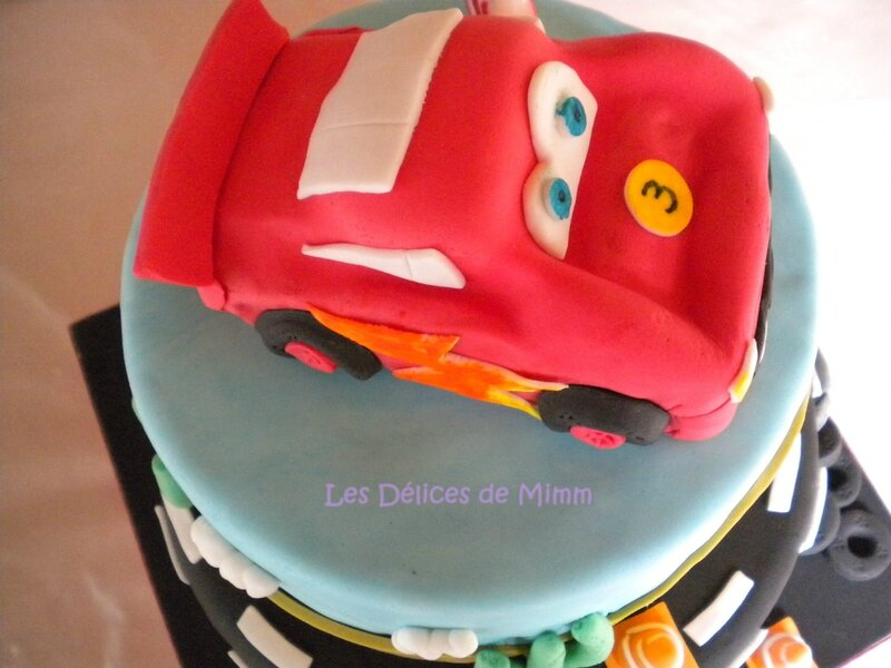 Un gâteau Cars avec voiture Flash Mcqueen 10
