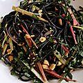 Salade de spaghettis à l'encre de seiche, pickels de rhubarbe, gingembre et cacahuète