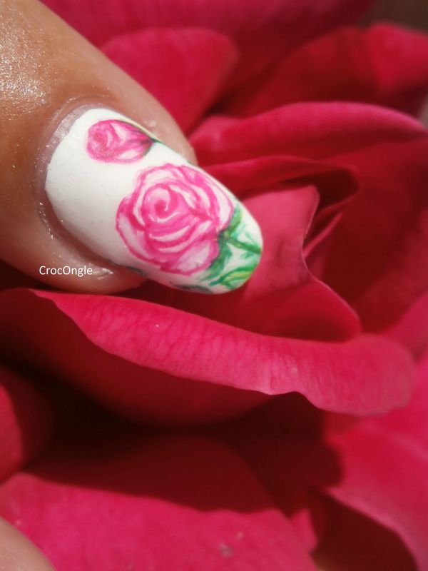 Nail art rose et son bouton de rose aquarelle Crocongle