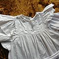 2145 petite robe ancienne blanche manches longues