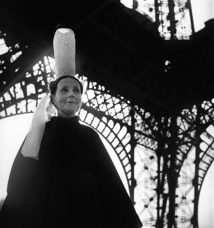 930x,1921-Bigoudene-et-Tour-Eiffel,1950