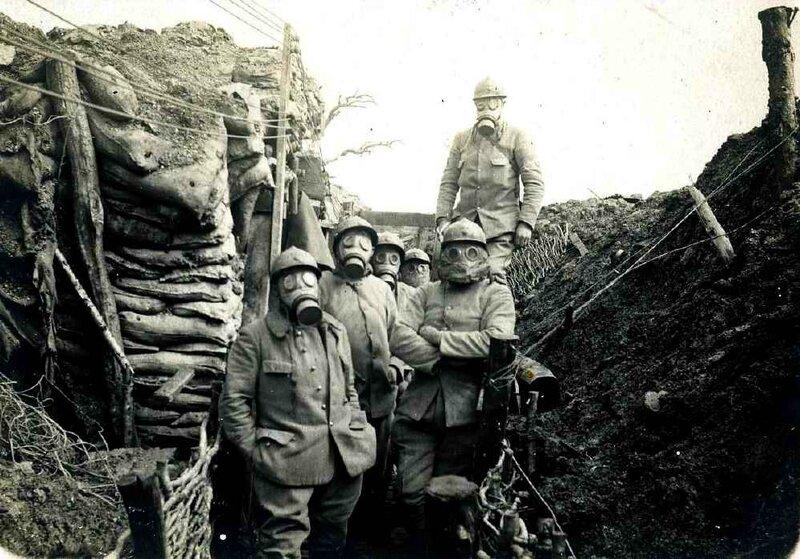 masques soldats dans tranché