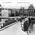 Le palais de la bourse et la passerelle du bassin du commerce