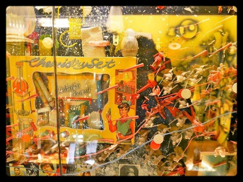Vitrine de jouets - Musée international des arts modestes - Hervé Di Rosa