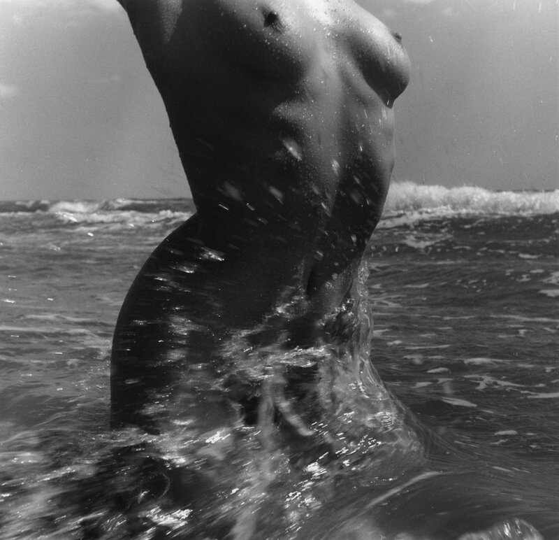 nu_de_la_mer_camargue_1957_in_corps_memorable_c_atelier_lucien_clergue