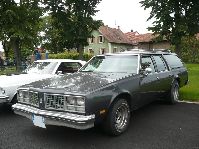 OLDSMOBILE Custom Cruiser 4 door station wagon Entzheim (1)
