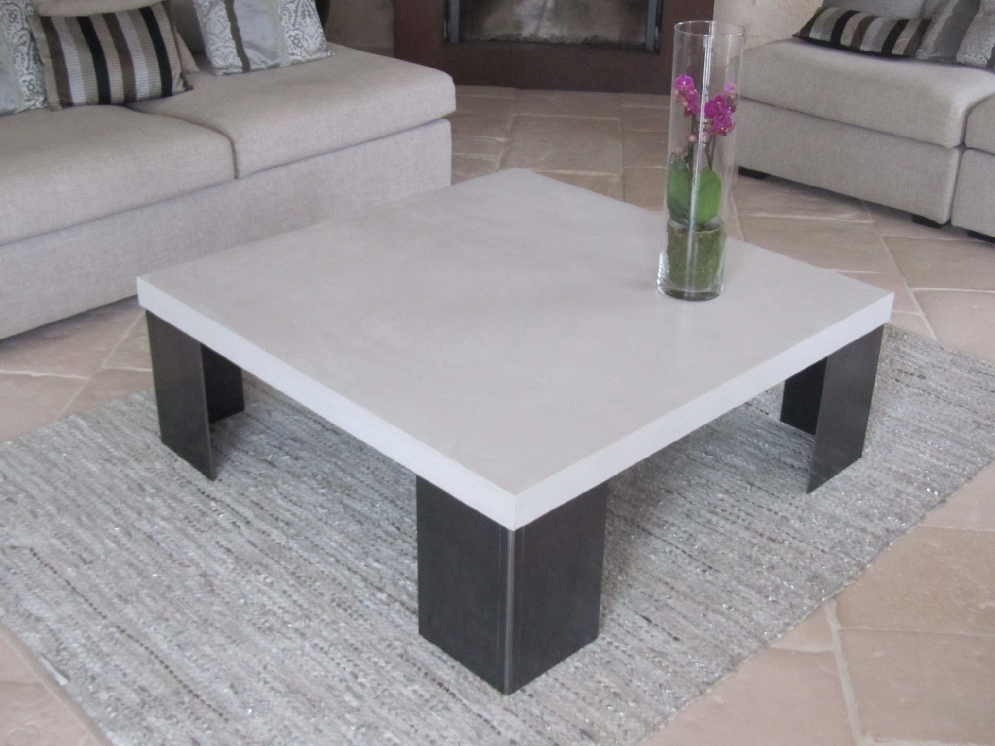 Table en beton cire pied en acier photo de beton cire - Table de salon en beton cire ...