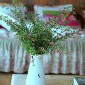 Quelques fleurs choisies disposées dans un broc
