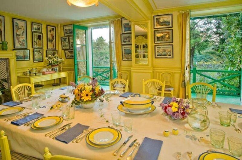 table_dressee_dans_la_salle_a_manger_de_monet