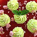 Soupe de fraises, crème fouettée à la menthe et brisures de biscuits roses